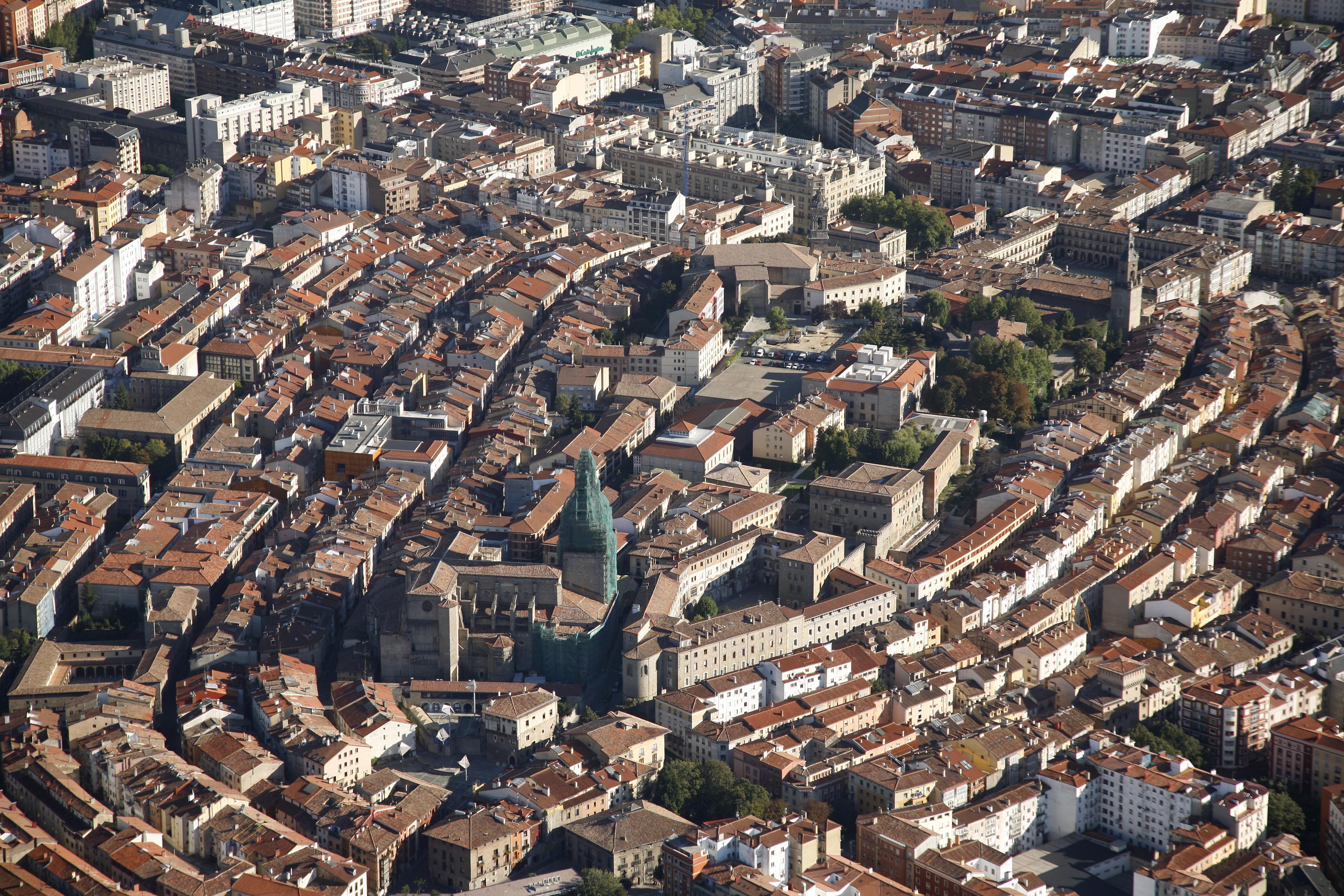 Vue des toits du vieux quartier, en forme d'amande, d'une des villes partenaires, Vitoria Gasteiz