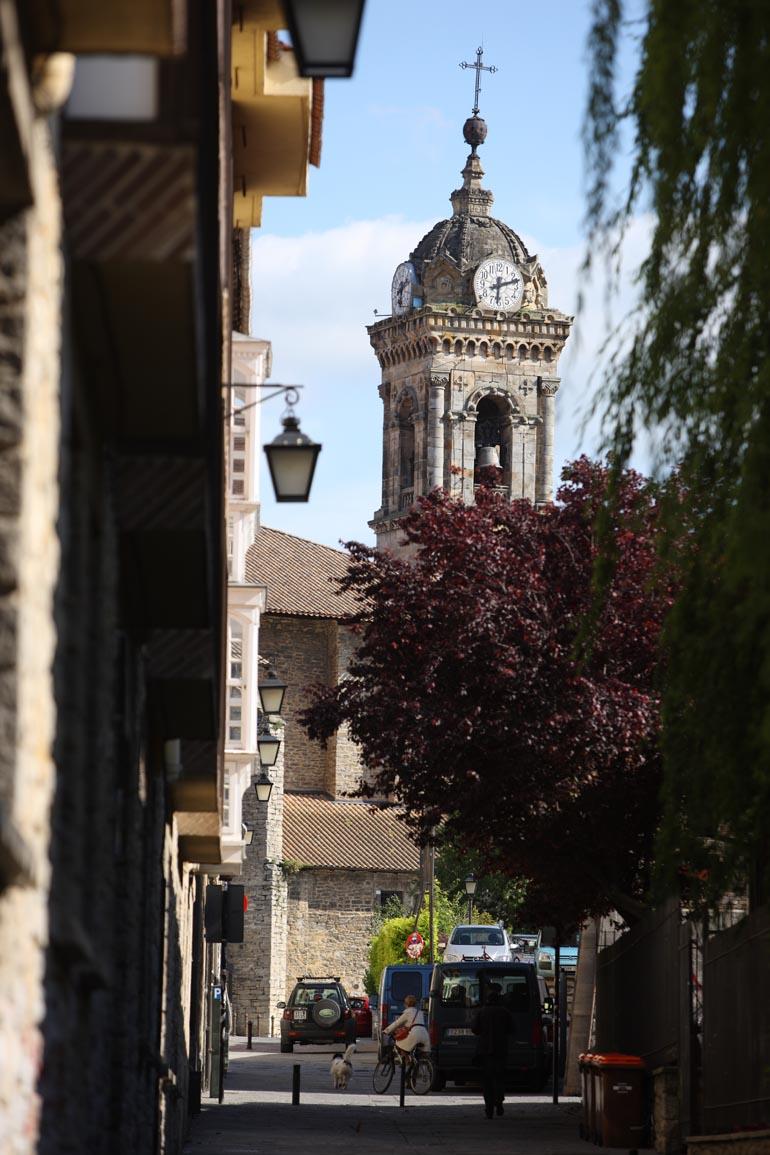 Vue de l'église Saint-Vincent depuis une rue dans une des villes partenaires Vitoria-Gasteiz