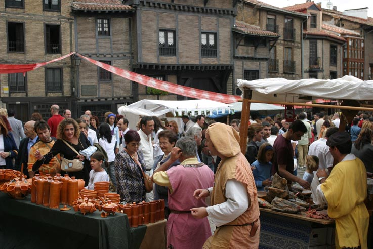 Stands sur le marché médiéval d'une des villes partenaires Vitoria-Gasteiz