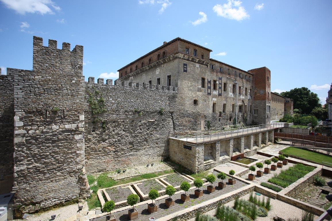 Murs sur la colline ouest d'une des villes partenaires Vitoria-Gasteiz