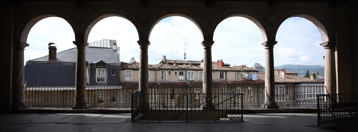 Vue sur les toits d'une des villes partenaires Vitoria-Gasteiz depuis le portique de l'église Saint-Vincent