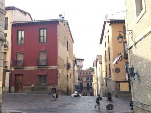 Façade rouge d'un des bâtiments démonstrateurs avant la rénovation dans le cadre du projet Ener'pat, dans la ville de Vitoria-Gasteiz